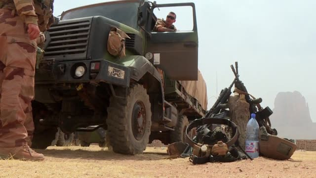 vídeos de stock, filmes e b-roll de french and malian troops killed or captured more than 30 extremists and dismantled a jihadist training camp during a major counter terrorism... - campo de treinamento militar