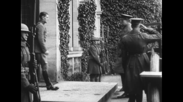 vídeos de stock, filmes e b-roll de french and us officers walking towards camera / man and woman leave car and walk up steps and enter building/ two women and two french officers leave... - oficial posto militar