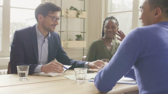 vídeos de stock e filmes b-roll de french businessman having a meeting with expats - cultura francesa
