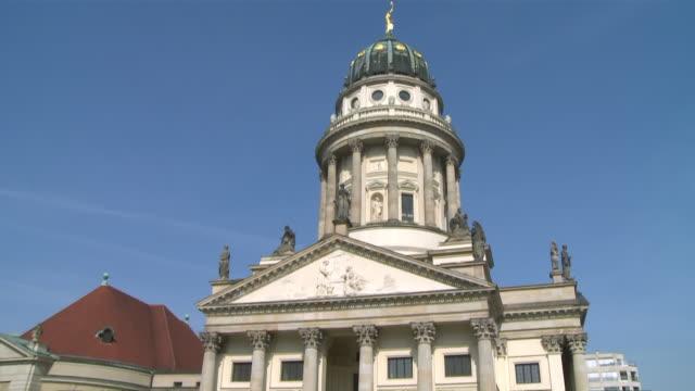 ms td french cathedral at gendarmenmarkt / berlin, germany - komplett stock-videos und b-roll-filmmaterial