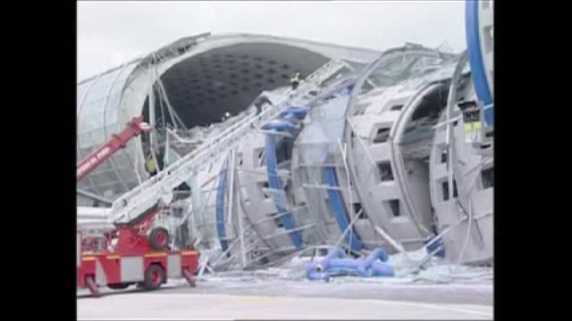 vídeos y material grabado en eventos de stock de french court has found the paris airports operator guilty of involuntary manslaughter over the 2004 terminal collapse at charles de gaulle airport... - colapsar