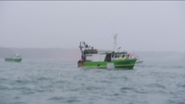 vídeos y material grabado en eventos de stock de french fishermen blockade harbour in fishing dispute; jersey: off st helier: ext early morning / day various of flotilla of french fishing boats... - islas del canal