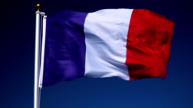 4K: franska flaggan på flaggstången framför blå himmel utomhus (Frankrike)