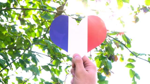 vidéos et rushes de drapeau français sur la forme de coeur - coeur