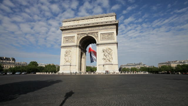 vídeos de stock, filmes e b-roll de  french flag under arc de triomphe built by napoleon, etoile, paris, france - arco triunfal