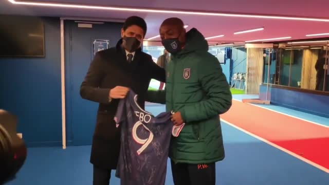 stockvideo's en b-roll-footage met french football powerhouse paris saint-germain showed solidarity with medipol basaksehir assistant manager pierre webo, giving a psg jersey to the... - match sport