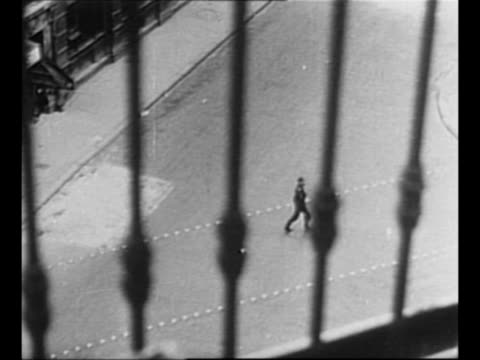 vídeos y material grabado en eventos de stock de ws french forces of the interior rebels on rooftop of paris building / pov from balcony railing as german soldier runs across street / german soldier... - paramount building