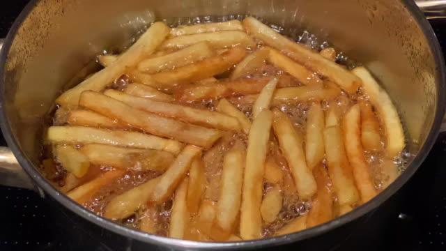 französisch fries kochen in öl - fettgebraten stock-videos und b-roll-filmmaterial