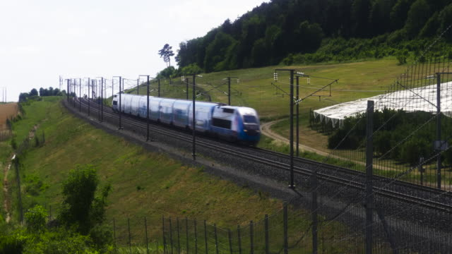 vidéos et rushes de french high speed tgv ouigo train with overhead lines, meuse department, lorraine - scène non urbaine