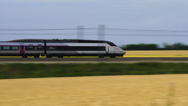 vidéos et rushes de french high speed tgv train travels past wheat field, marne department, champagne - train de banlieue