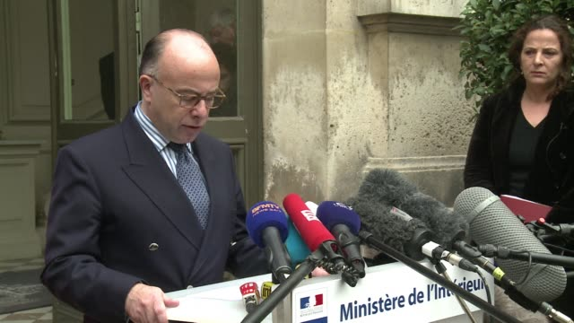 french interior minister bernard cazeneuve said monday there was a strong possibility one of the islamic state jihadists seen unmasked in a video... - execution bildbanksvideor och videomaterial från bakom kulisserna