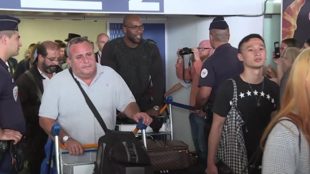 stockvideo's en b-roll-footage met french judo champions teddy riner and gevrise emane return to france after claiming their respective titles at the world judo championships in... - assertiviteit