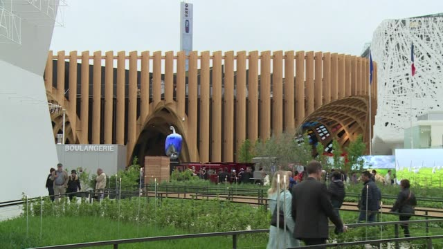 vídeos de stock e filmes b-roll de french ministers visit the french pavillion at the milan expo 2015 which opened its doors friday - casa de jardim