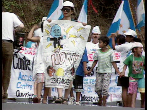 vídeos de stock, filmes e b-roll de environment french nuclear tests tahiti demonstrations french polynesia tahiti gv demonstration against nuclear testing towards ls woman carrying big... - polinésia francesa