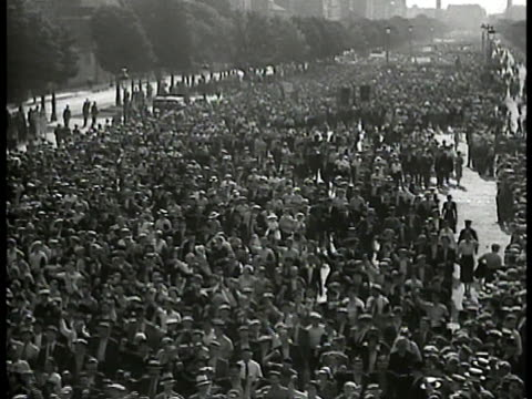 vidéos et rushes de french people marching on bastille day fists raised in solidarity against francois de la rocque - 1934