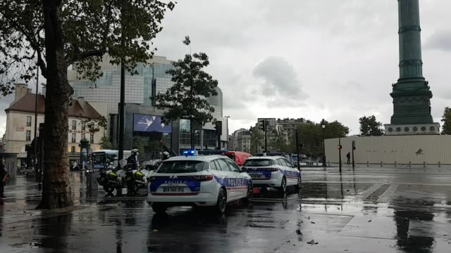 french police and firemen are seen on place de la bastille where one person has been arrested after an attack after several people were injured near... - satira video stock e b–roll