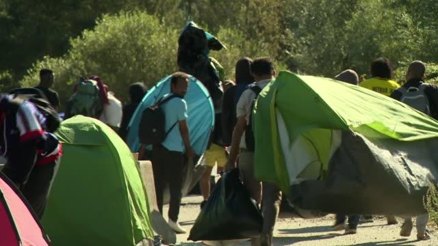 vidéos et rushes de french police closing down a migrant camp in calais - répandre