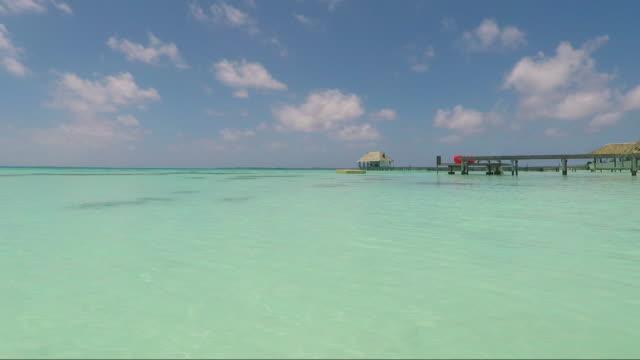 vídeos de stock, filmes e b-roll de polinésia francesa 4k vídeo fakarava atol turquesa lagoa - oceano pacífico do sul