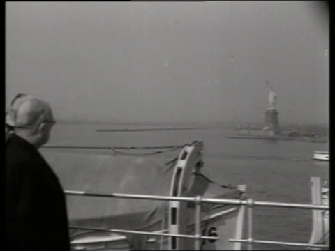 b/w french president auriol views statue of liberty / 1940's / no sound - einzelner mann über 40 stock-videos und b-roll-filmmaterial