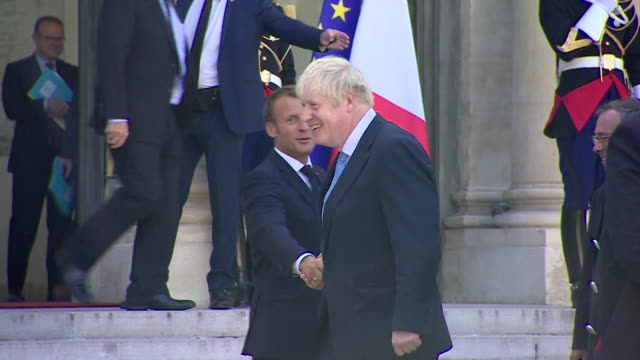 vidéos et rushes de french president emmanuel macron and uk prime minister boris johnson, say goodbye at the elysee palace, after their meeting to discuss brexit, paris - politics and government