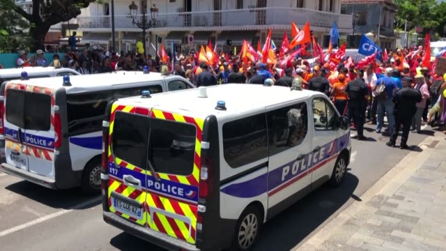 vídeos de stock, filmes e b-roll de french president emmanuel macron's visit to france's la reunion island is marred by protests as hundreds of angry locals gather in the capital... - ilhas mascarene
