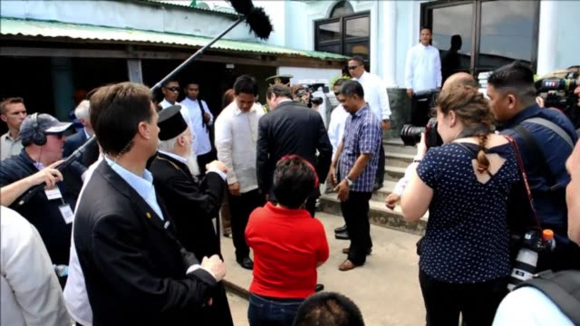 vídeos de stock e filmes b-roll de french president francois hollande visits a remote philippine town devastated by one of the worlds strongest typhoons seeking to sound a global alarm... - remote location
