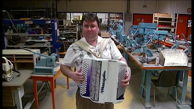 vídeos de stock e filmes b-roll de french presidential elections: francois hollande ahead in polls after television debate; man playing accordion in accordion factory zoom in sot... - acordeão instrumento