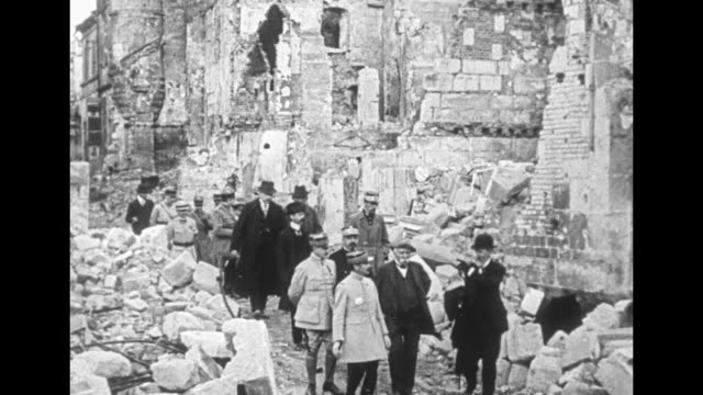 vidéos et rushes de french prime minister georges clemenceau and officials inspect destroyed buildings behind the lines during wwi / note: exact year not known - ruiné