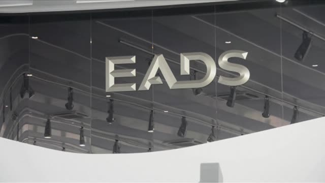 french prosecutors to decide whether to drop insider trading charges against the group eads - procuratore video stock e b–roll