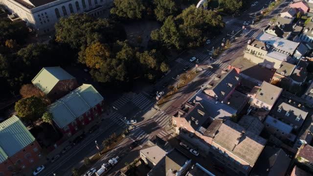 vídeos de stock e filmes b-roll de french quarter of new orleans at evening. aerial drone video with the forward and tilting-down camera motion. - nova orleães