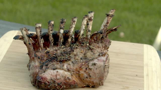 ein französisches lammgestell auf einem feurigen holzkohlegrill - kalbfleisch stock-videos und b-roll-filmmaterial