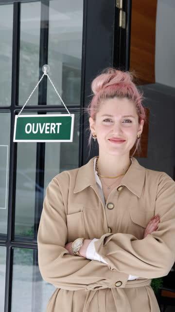proprietario francese di piccole imprese in posa - insegna di negozio video stock e b–roll