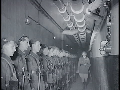 vídeos de stock e filmes b-roll de french soldiers climbing down ladder ws soldiers lined up in tunnel cu officer shouting ws soldier performing rifle drills ms officers eating at... - linha maginot