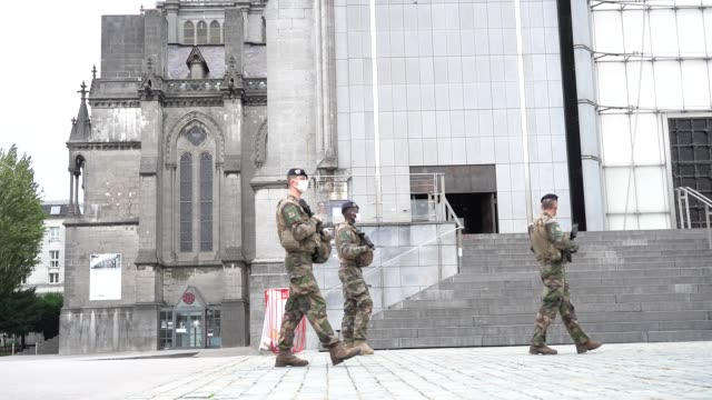 """vidéos et rushes de french soldiers, part of france's national security alert system """"sentinelle"""", patrol near the cathedral """"la treille"""" on october 31, 2020 in lille,... - ordre"""
