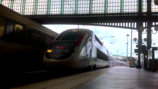 stockvideo's en b-roll-footage met tgv french train entering gare du nord station in paris france - commercieel landvoertuig