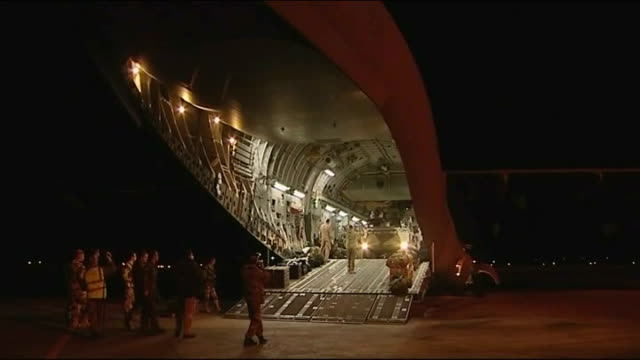 french troops to remain until stability returns mali bamako international airport british soldiers unloading c17 plane tank along out of plane... - anweisungen geben stock-videos und b-roll-filmmaterial
