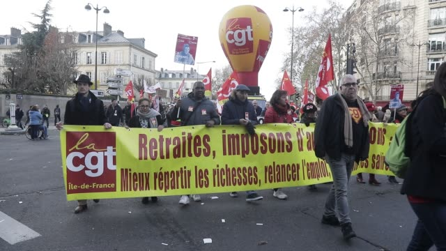 vidéos et rushes de french unions take to the streets again in national strike effort on december 10 2019 in paris france - isore vincent
