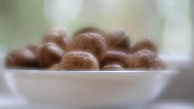 stockvideo's en b-roll-footage met french walnuts - notendop