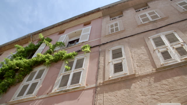 stockvideo's en b-roll-footage met french windows in the old town / saint-tropez, france - tuindeur