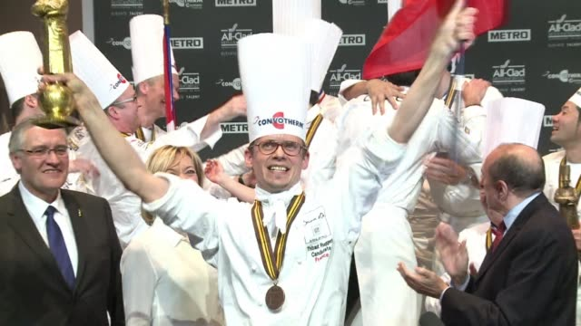 vídeos y material grabado en eventos de stock de frenchman thibaut ruggeri won the 2013 bocuse dor wednesday the world famous culinary contest which saw 24 chefs from around the world compete for... - premio