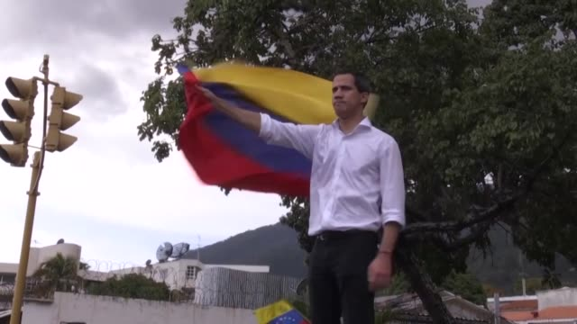 frente a la embajada de bolivia y ante una multitud de seguidores el opositor juan guaido llamo el sabado a protestar hasta que caiga el presidente... - multitud stock videos & royalty-free footage