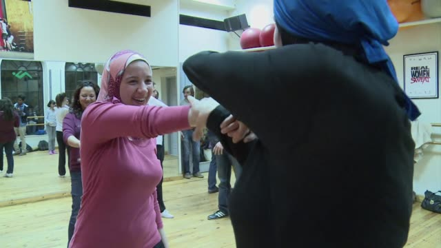 frente a la multiplicacion de las agresiones sexuales contra mujeres manifestantes en egipto algunas de las victimas se atreven a romper el silencio... - terrorismo stock videos & royalty-free footage