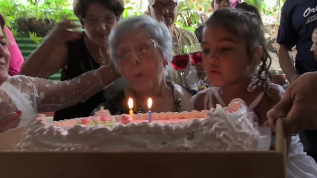 vídeos y material grabado en eventos de stock de frente al espejo delia barrios se maquilla con colorete y lapiz labial ella quiere ser la mas bella para festejar sus 102 anos rodeada de sus seres... - colorete