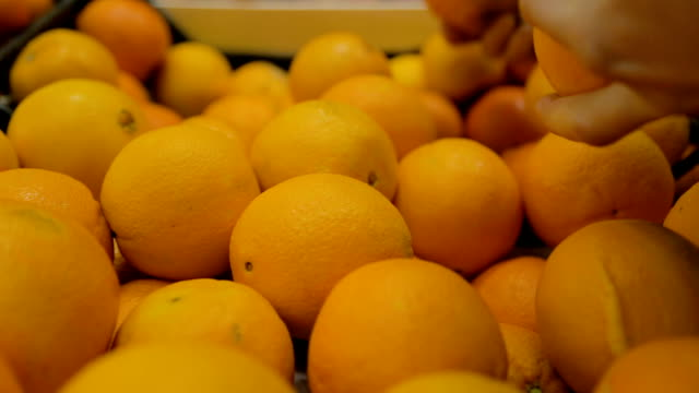 新鮮で健康的な八百屋の店にオレンジ色の果物 - オレンジ点の映像素材/bロール