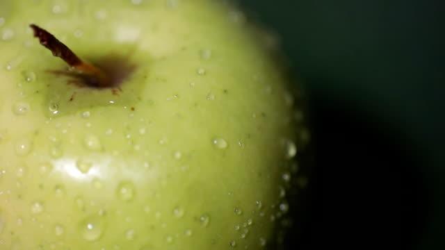 新鮮なりんごのクローズアップ - レッドデリシャス点の映像素材/bロール