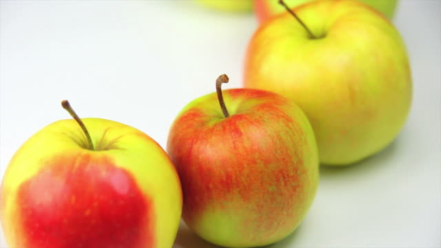 fresh apples cose-up dolly shot - frische stock videos & royalty-free footage