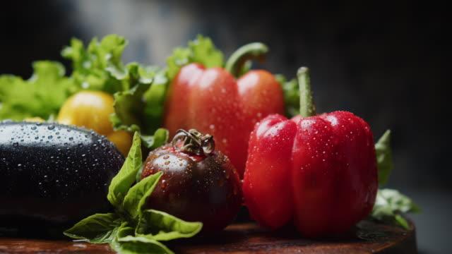 vidéos et rushes de gros plan poivrons frais, aubergines et tomates - tomato