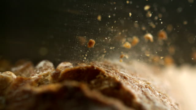 stockvideo's en b-roll-footage met vers brood brood snijd in plakjes - macrofotografie