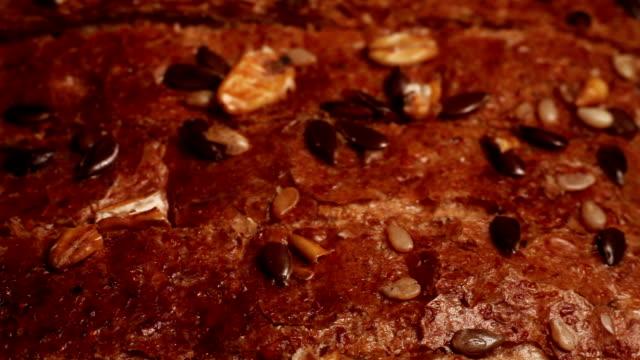 vídeos de stock e filmes b-roll de fresh bread macro shoot - padaria