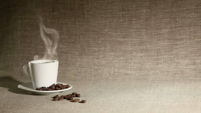 淹れたてのコーヒー - 荒い麻布点の映像素材/bロール